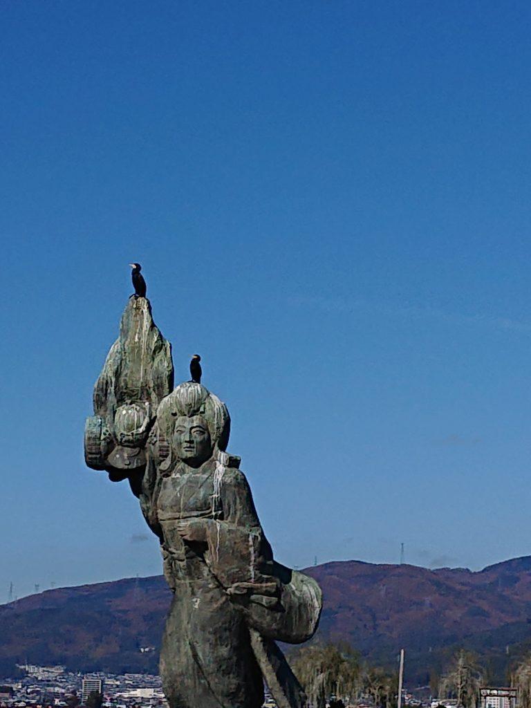 諏訪湖浮かぶ像